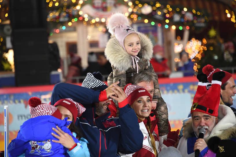Фигуристка Татьяна Навка (в центре) со своей дочерью Надеждой и предприниматель Михаил Куснирович (справа) во время церемонии открытия катка