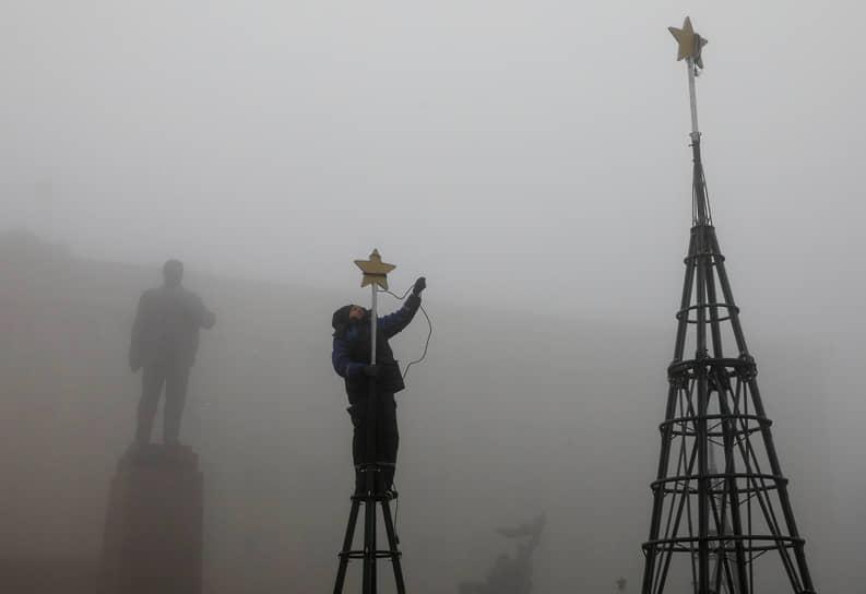 Ставрополь, Россия. Подготовка к новогодним праздникам в тумане на площади Ленина