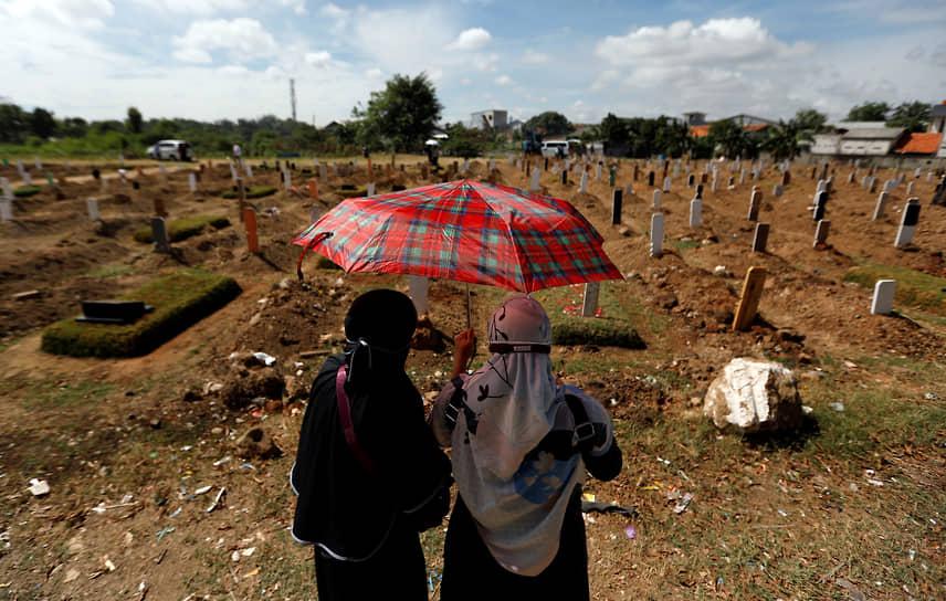 Джакарта, Индонезия. Посетители на кладбище для жертв коронавируса