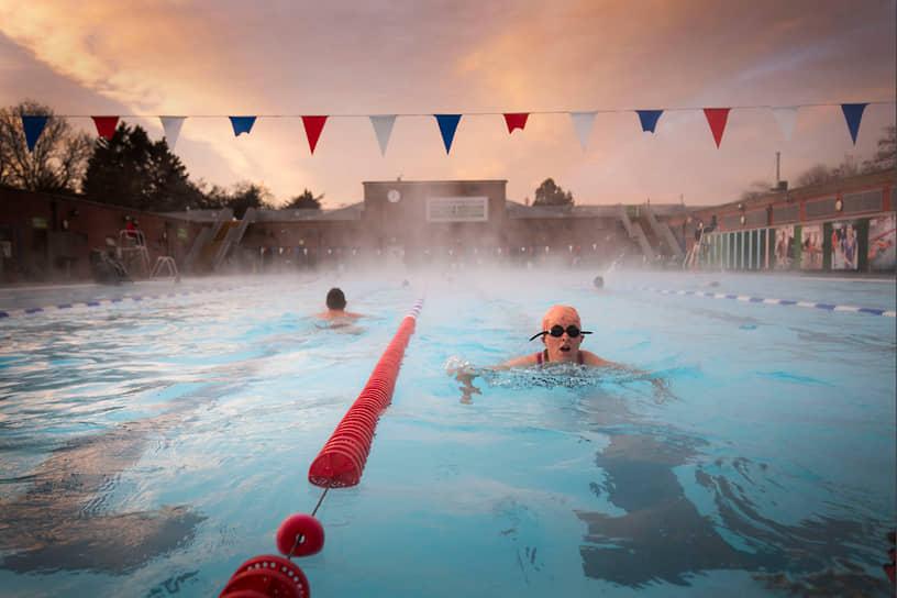 Лондон, Великобритания. Пловцы в городском парке
