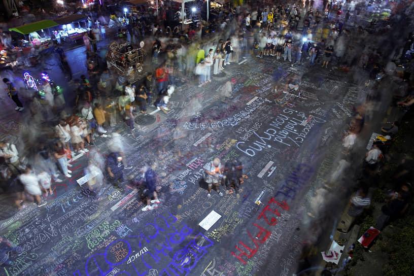 Бангкок, Таиланд. Активисты пишут сообщения на улице во время антиправительственной акции протеста