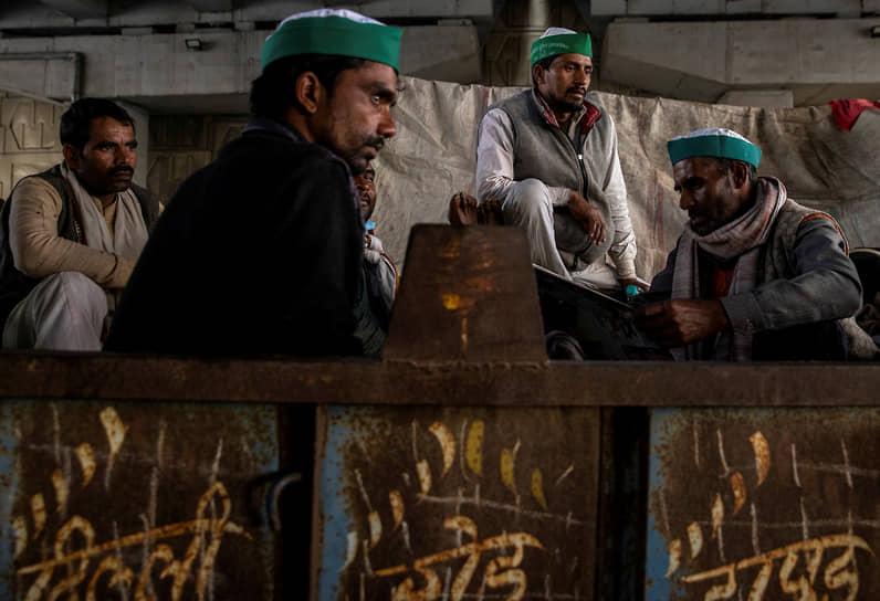 Газиабад, Индия. Фермеры отдыхают в тележке трактора