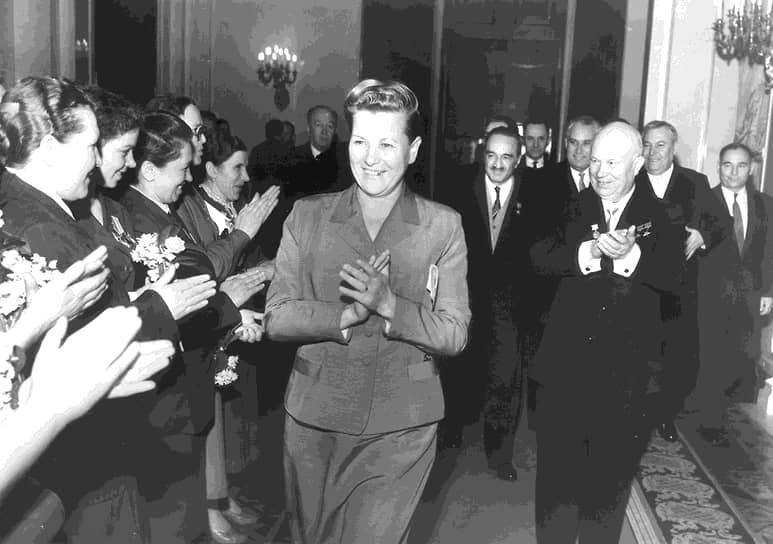В 1956 году она была избрана членом ЦК КПСС, став первой женщиной в Советском Союзе, которой удалось достигнуть таких высот. В том же году на XX съезде КПСС, который был посвящен разоблачению культа личности Сталина, Фурцева (в центре) первой поддержала доклад Хрущева (справа)