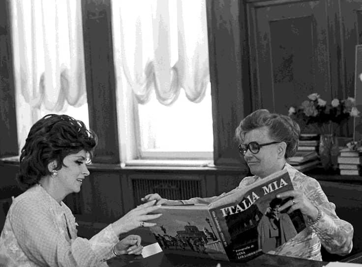Фурцева награждена четырьмя орденами Ленина, имела орден «Трудового Красного Знамени» и орден «Знак Почета». Весной 1974 года оказалась в центре скандала из-за строительства дачи: выяснилось, что она купила на свои деньги материалы, предназначенные для ремонта Большого театра. От дачи ей пришлось отказаться, однако ей выплатили 25 тыс. руб. <br>На фото: с итальянской актрисой Джиной Лоллобриджидой (слева)
