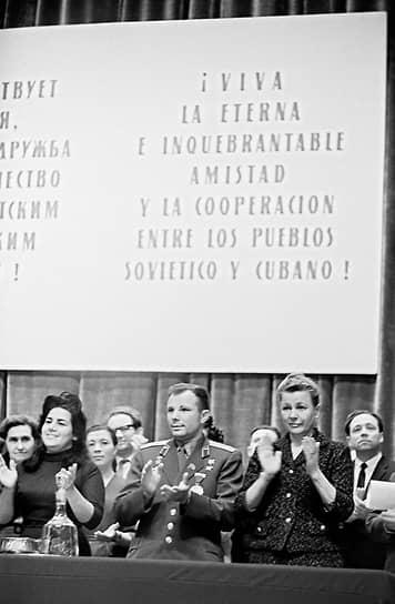 Екатерина Фурцева была дважды замужем. В 1935 году ее супругом стал летчик Петр Битков. В браке родилась дочь Светлана. В годы Великой Отечественной войны супруг ушел к другой женщине, оставив ее с маленьким ребенком на руках. Вторым супругом был дипломат Николай Фирюбин <br>На фото: космонавт Юрий Гагарин и Екатерина Фурцева (справа) на Кубе