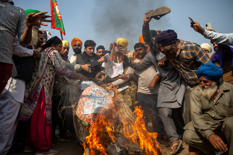 Граница столичного округа Дели и штата Харьяна, Индия. Фермеры на антиправительственной акции протеста
