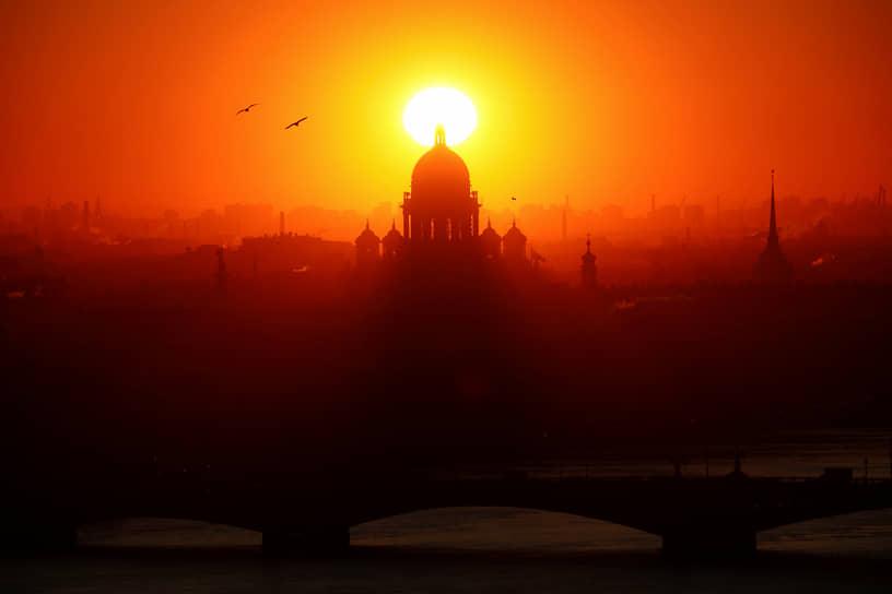 Санкт-Петербург. Исаакиевский собор в лучах закатного солнца
