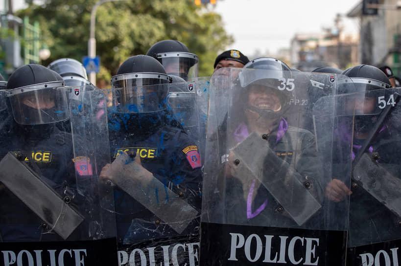 Бангкок, Таиланд. Полиция во время демонстрации продемократических сил