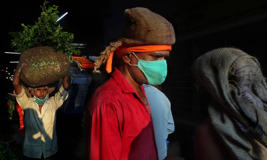 Мумбаи, Индия. Торговец овощами на рынке