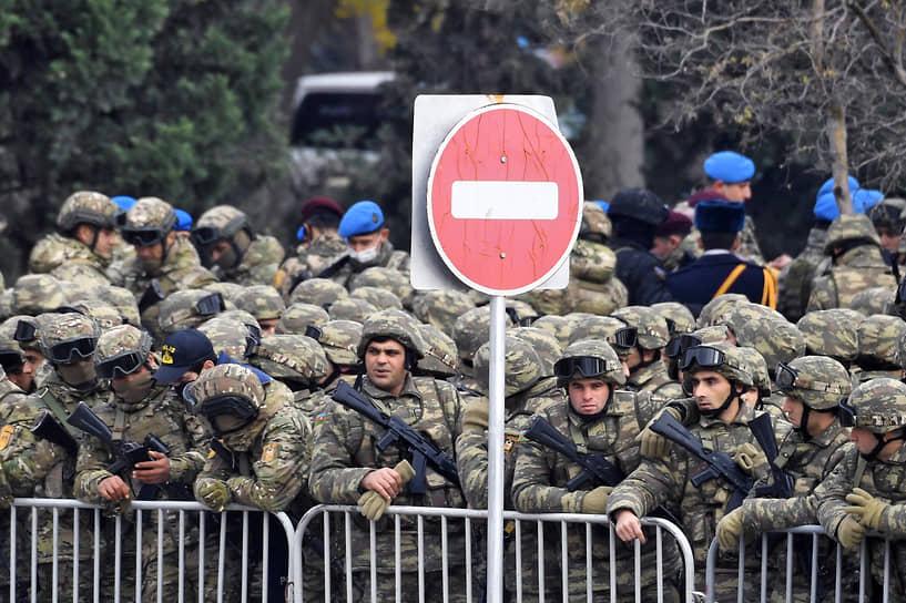 Военнослужащие перед началом парада