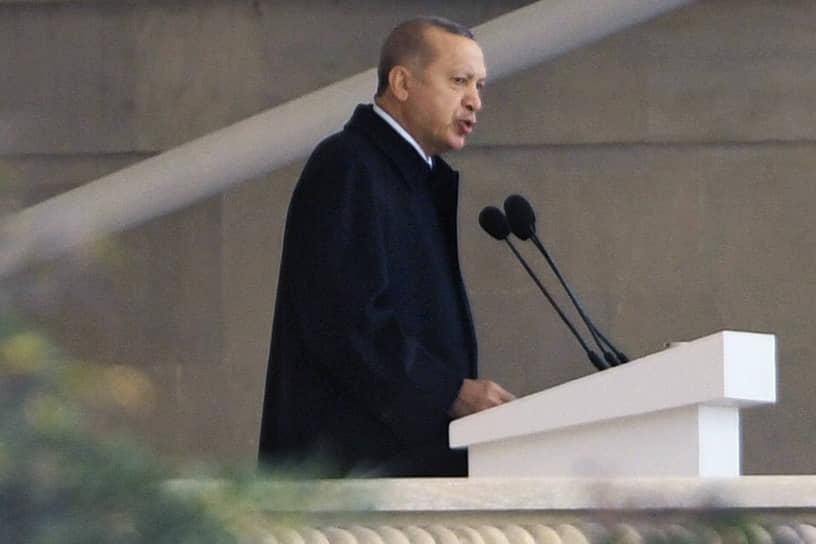 В качестве гостя на параде присутствовал президент Турции Реджеп Тайип Эрдоган. «Армении следует взяться за ум. Армянские политики, диаспора обрекли свой народ на беду. Если армянский народ сможет извлечь уроки из Карабахской войны, то в регионе начнется новая эра»,— заявил он с трибуны