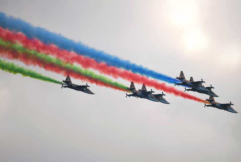 Над площадью Свободы пролетели транспортные и транспортно-боевые вертолеты Ми-17 и Ми-35 российского производства, истребители МиГ-29, группа штурмовиков Су-25