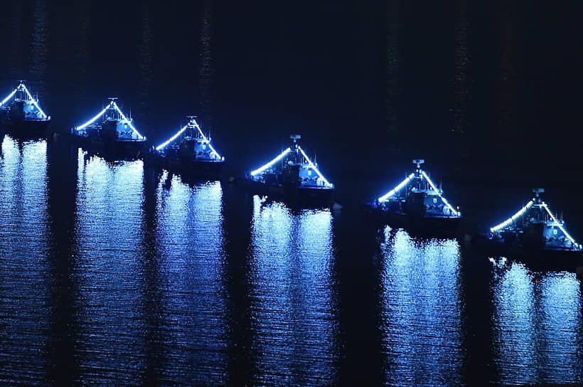 Корабли с иллюминацией в Баку плывут после парада