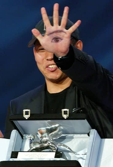 В 2004 году режиссер получил «Серебряного медведя» — главный приз Берлинского фестиваля — за драму «Самаритянка» о девушке-подростке, занимающейся проституцией. Снятая в том же году криминальная драма «Пустой дом» завоевала четыре награды Венецианского фестиваля (на фото), включая «Малого золотого льва»