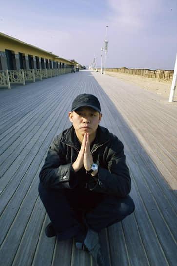 Ким Ки Дук родился 12 декабря 1960 года в деревне Собённи на востоке Южной Кореи. Не доучившись в школе в Сеуле, будущий режиссер устроился работать на завод, а затем отслужил пять лет в морской пехоте. В начале 1990-х он учился живописи в Париже, некоторое время путешествовал по Европе и выставлялся как художник