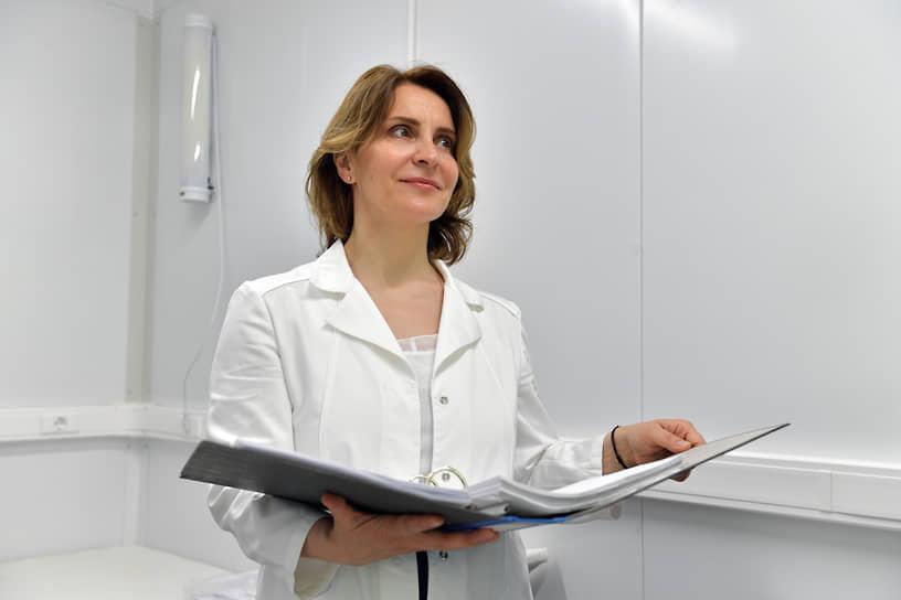 <b>Марина Накрыжская, заведующая отделением гинекологии ГКБ №17 Москвы </b><br> «Чего я боюсь? Наверное, ситуаций, когда понимаю, что я не всесильна, когда точно знаю, что не могу помочь. А во всем остальном очень благодарна судьбе за то, что мне когда-то посчастливилось попасть на практику помогать врачам»