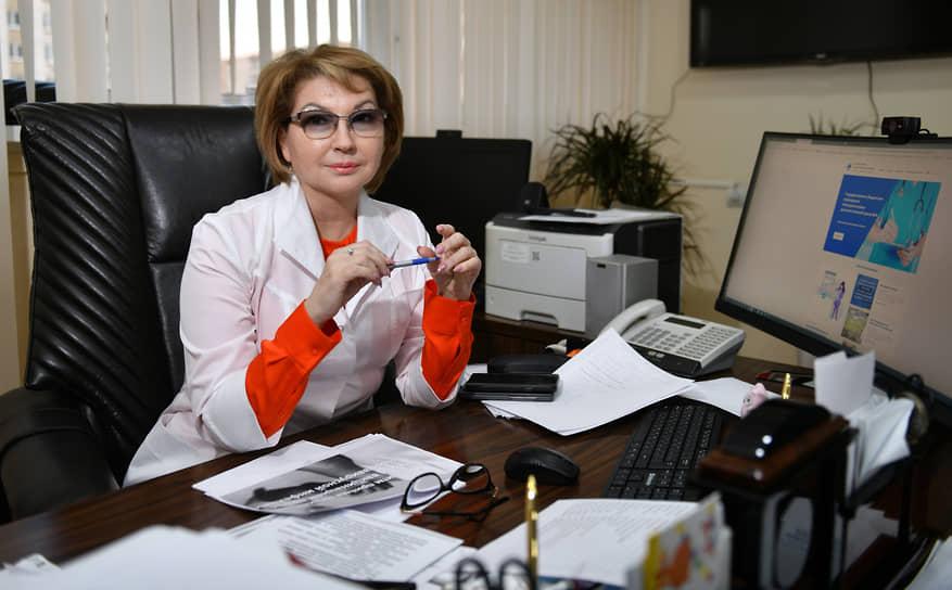 <b>Наталья Суворова, главный врач Консультативно-диагностического центра №6, Москва</b><br> «Медики вышли на передовую, приняли удар на себя. Я, как руководитель, искренне им благодарна… Помогли опыт и привычка много работать. Сейчас расслабляться нельзя, ведь инфекция еще не побеждена полностью. А в редкие минуты отдыха рядом со мной всегда моя семья»