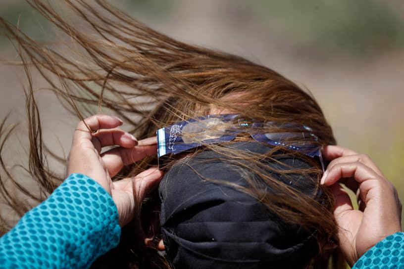 Пьедра-дель-Агила, Аргентина. Женщина в специальных очках наблюдает за солнечным затмением
