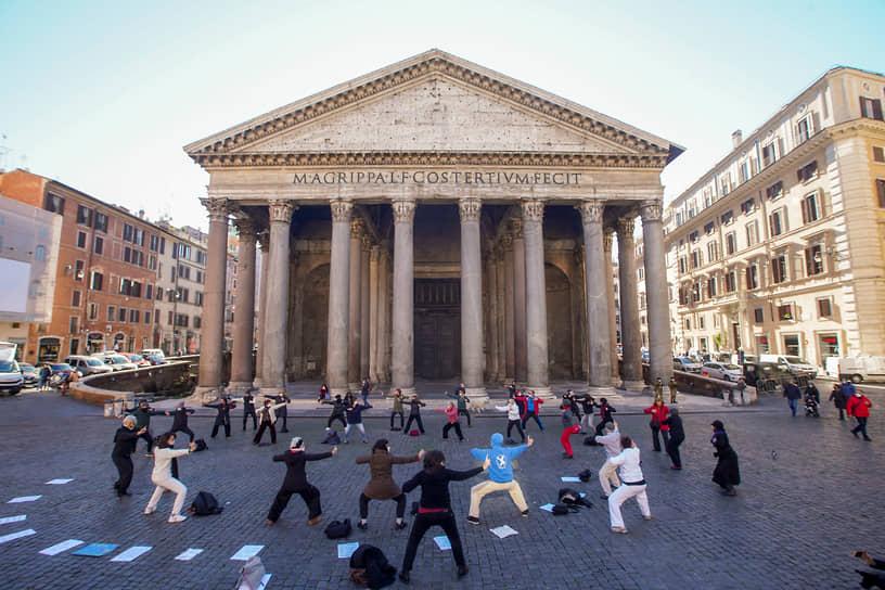 Рим, Италия. Открытый урок по дыхательной гимнастике у Пантеона
