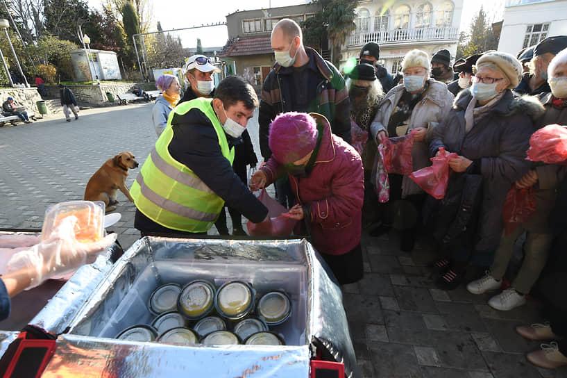 Ялта, Россия. Раздача горячих обедов нуждающимся