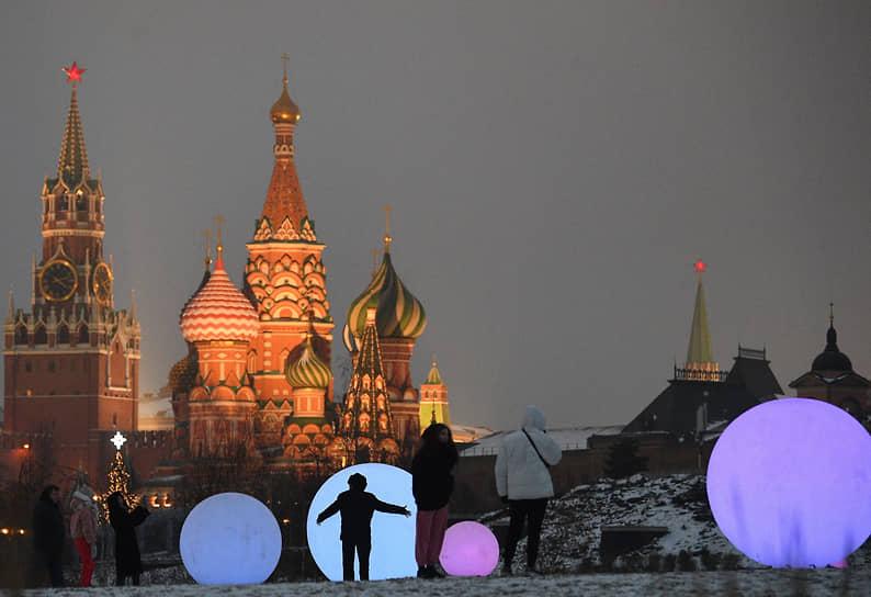 Москва, Россия. Отдыхающие в парке «Зарядье»