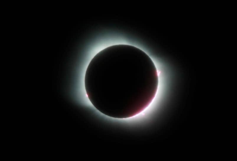 Огненное кольцо вокруг Луны, которая полностью закрыла Солнце