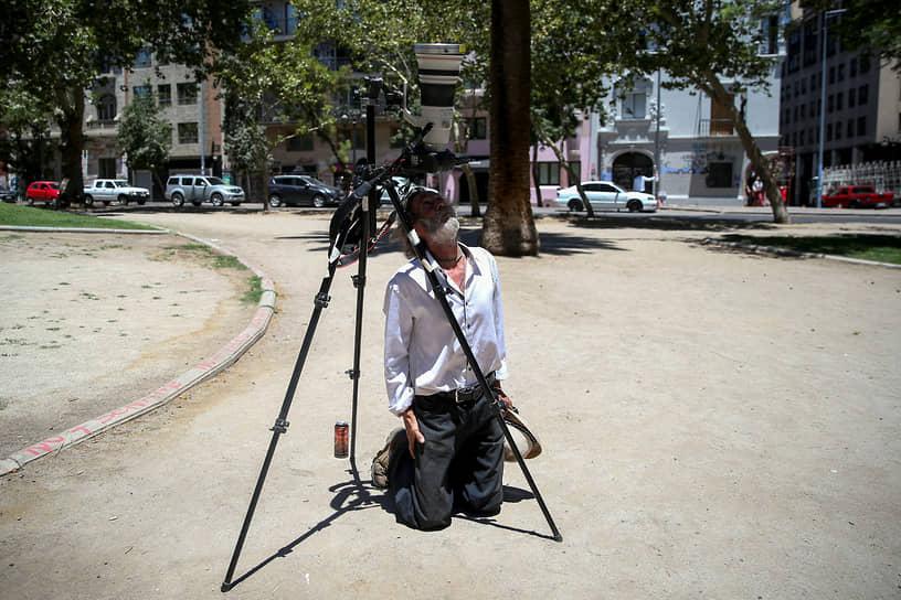 Чилиец с камерой наблюдает за затмением