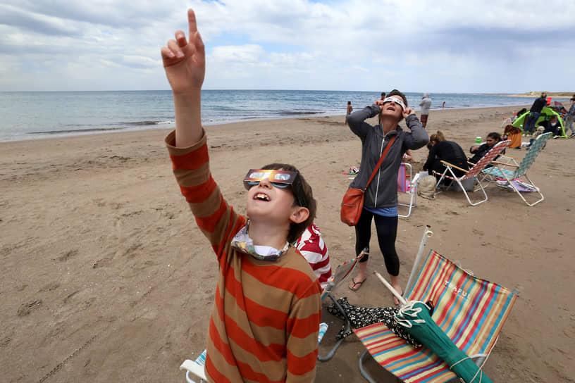 Жители Аргентины смотрят на редкое явление с пляжа