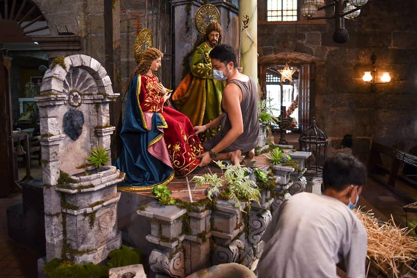 Лас-Пиньяс, Филиппины. Подготовка к Рождеству в церкви