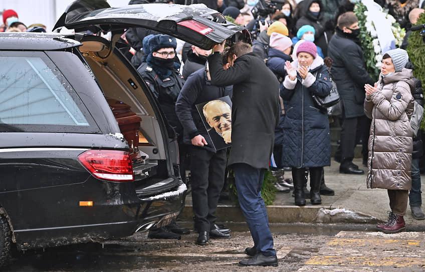 Могила актера находится рядом с могилами Сергея Юрского и Алексея Булдакова