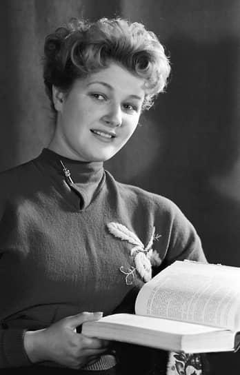 Светлана Дружинина родилась 16 декабря 1935 года в Москве. В детстве занималась в цирковом и окончила хореографическое училище при Большом театре. Но в середине 1950-х годов была вынуждена оставить балет из-за травмы. Впоследствии окончила актерский, а потом режиссерский факультеты ВГИКа