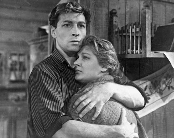 В 1955 году дебютировала как киноактриса в картине Самсона Самсонова «За витриной универмага». В 1955-1970 годах исполнила роли в фильмах «Дело было в Пенькове», «Девчата», Любимая» и других<br> На фото: с Вячеславом Тихоновым в картине «Дело было в Пенькове»
