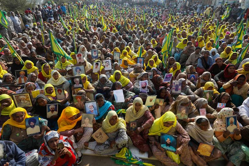 Дели, Индия. Родственницы умерших фермеров-должников во время акции протеста