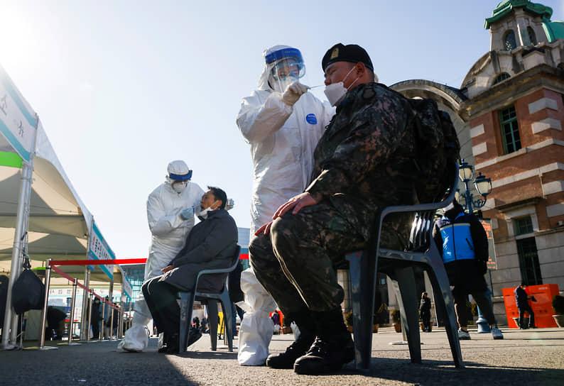 Сеул, Южная Корея. У военнослужащего берут мазок на коронавирус