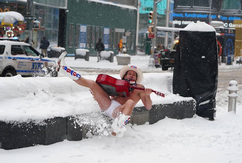 Нью-Йорк, США. Уличный исполнитель Роберт Берк по прозвищу «Голый ковбой» падает на землю