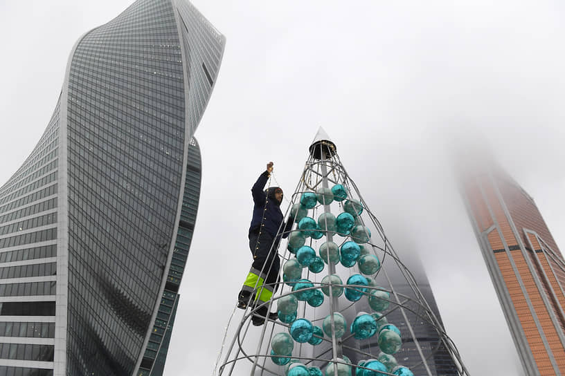 Москва, Россия. Монтаж новогодней ели на территории  делового центра «Москва-Сити»