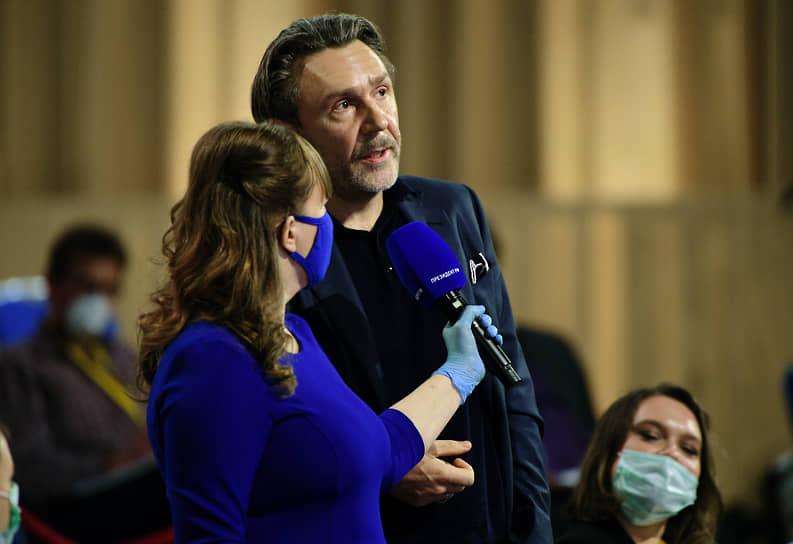 Музыкант, генеральный продюсер канала RTVI Сергей Шнуров задает вопрос президенту