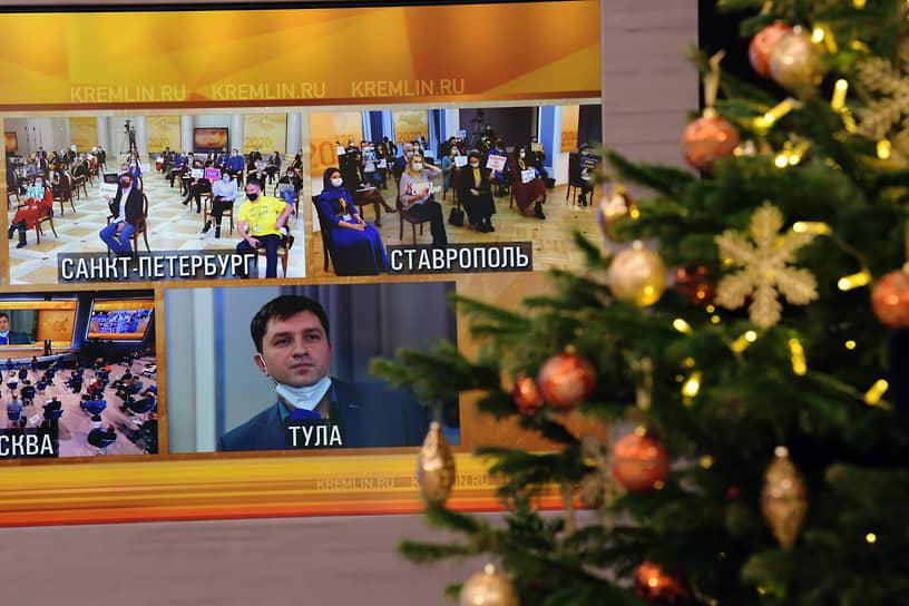Новогодняя елка с игрушками в зале резиденции Ново-Огарево