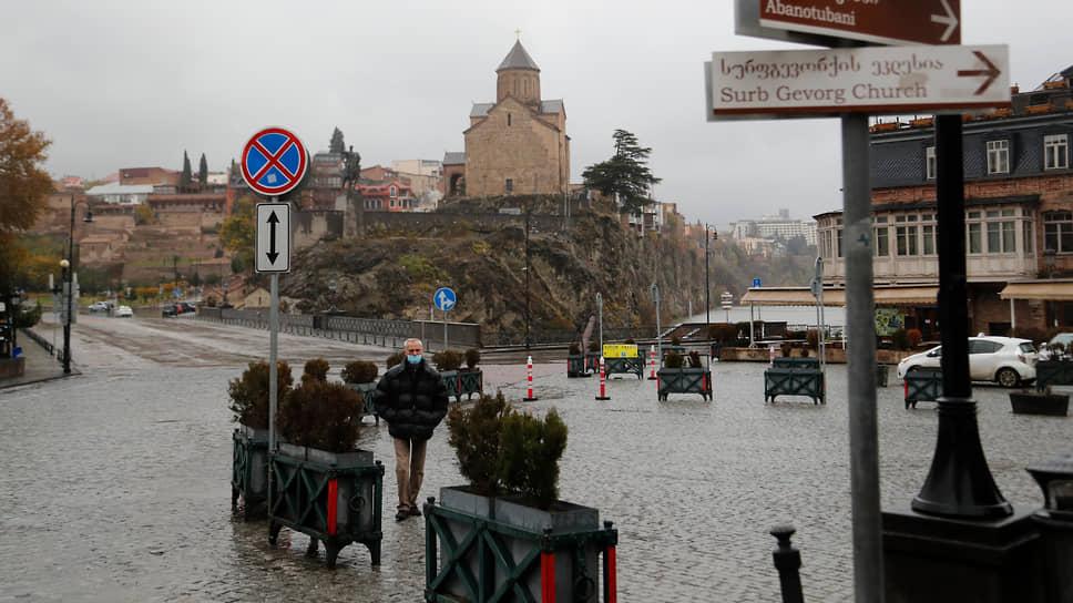 В Тбилиси политический кризис, плохая погода и после девяти вечера нельзя выходить на улицу