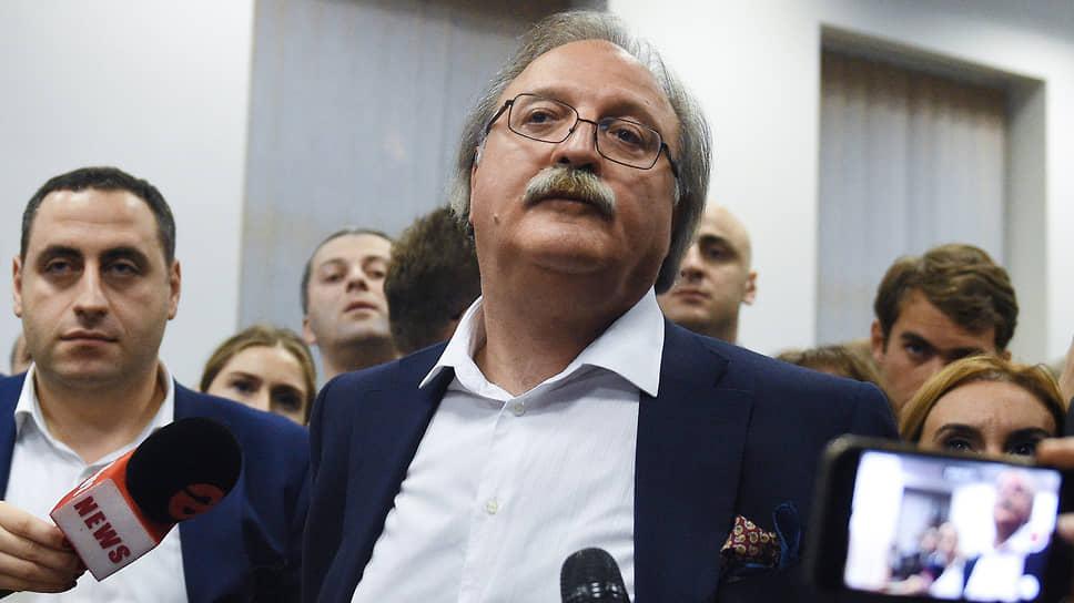 """Напряженную обстановку переговоров выдерживают не все — на этой неделе в отставку с поста председателя """"Национального движения"""" подал Григол Вашадзе"""