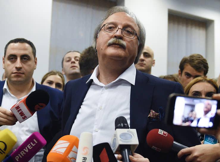 Напряженную обстановку переговоров выдерживают не все — на этой неделе в отставку с поста председателя «Национального движения» подал Григол Вашадзе