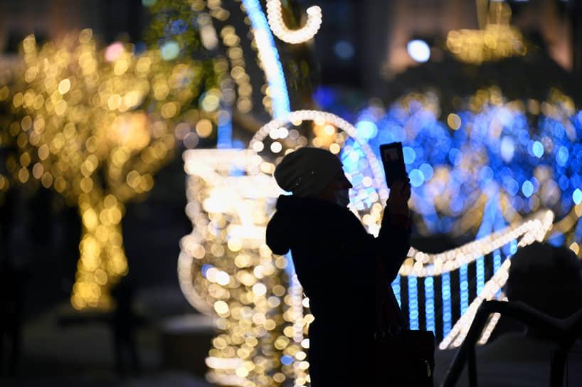 Москва. Пешеходы на фоне новогоднего оформления города