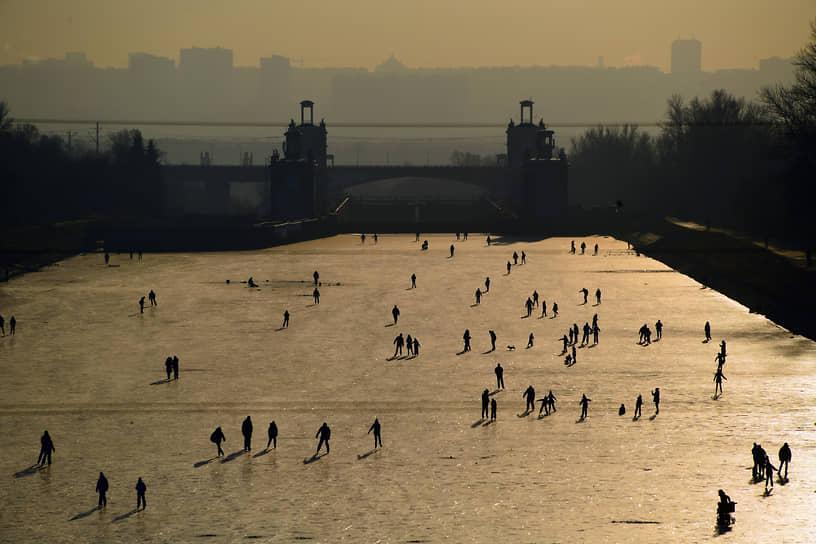 Москва. Люди катаются на коньках по замерзшему каналу