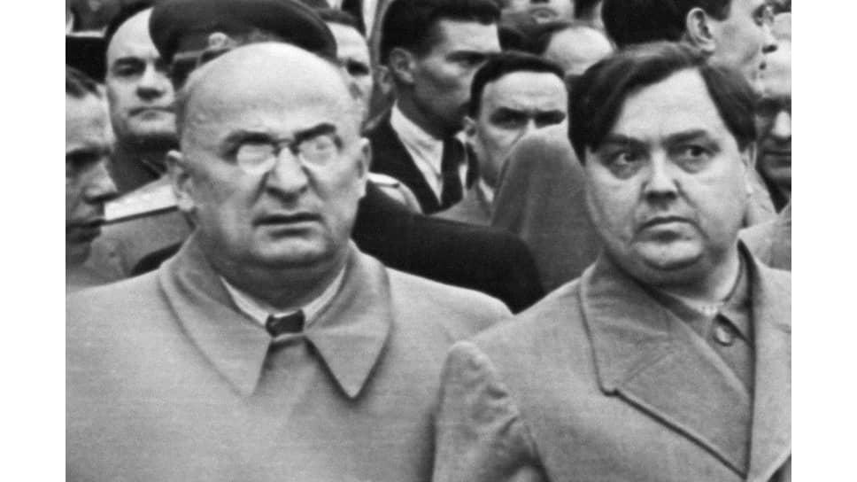 Л. П. Берия и Г. М. Маленков у здания Белорусского вокзала после прибытия поезда с телом члена Политбюро ЦК ВКП(б) А.А.Жданова. Москва, 1 сентября 1948 года