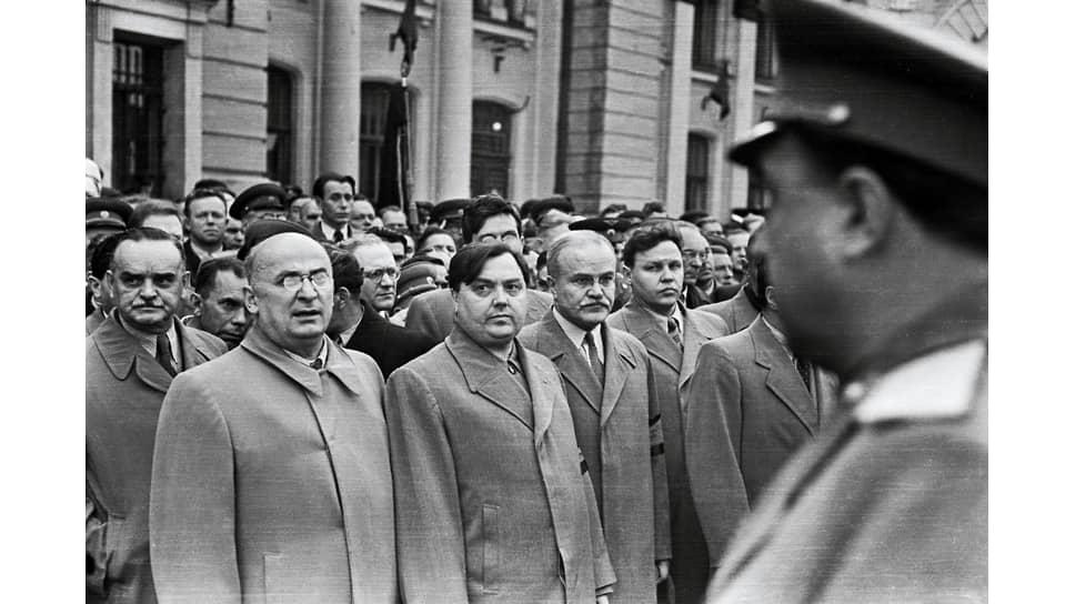 Л. П. Берия смотрит на стоящего напротив В. С. Абакумова. Москва, Белорусский вокзал, 1 сентября 1948 года