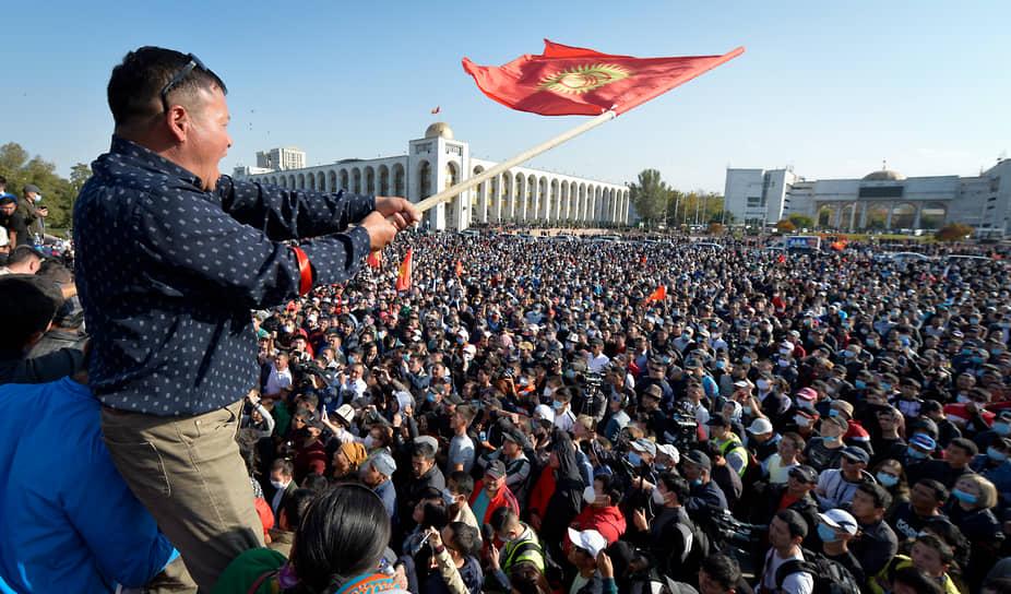 Переворот в Киргизии <br>4 октября в Киргизии прошли парламентские выборы. Сторонники проигравших партий вышли на мирный митинг в Бишкеке, который вскоре перерос в столкновения с полицией. 6 октября протестующие ворвались в здание Белого дома, а также освободили из СИЗО экс-президента страны Алмазбека Атамбаева. ЦИК Киргизии признал итоги выборов недействительными, а премьер-министр страны Кубатбек Боронов и президент Сооронбай Жээнбеков подали в отставку <br>Заметность: 3 729