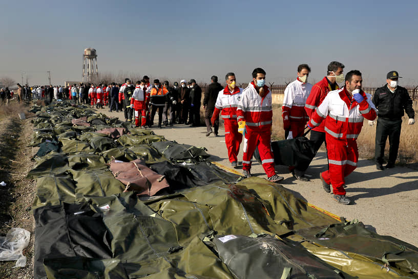 Катастрофа украинского Boeing 737 под Тегераном <br>8 января через несколько минут после вылета из столицы Ирана Тегерана потерпел крушение украинский Boeing 737. Погибли 176 человек, в числе которых были граждане Канады, Швеции, Афганистана, Украины и Великобритании. Корпус стражей исламской революции признал свою вину в авиакатастрофе: иранские военные приняли самолет за крылатую ракету <br>Заметность: 7 757