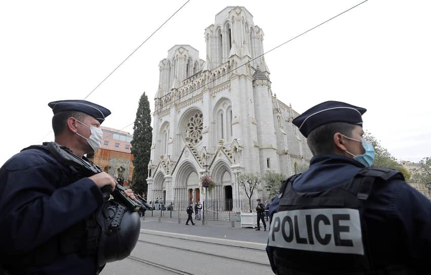 <b>Теракты во Франции и Австрии</b><br> 29 октября вооруженный ножом мужчина напал на людей в церкви Нотр-Дам в Ницце, зарезав трех человек. 2 ноября в центре Вены вооруженный человек застрелил четырех человек, еще 22 получили ранения  <br> Заметность события: 6 368,6