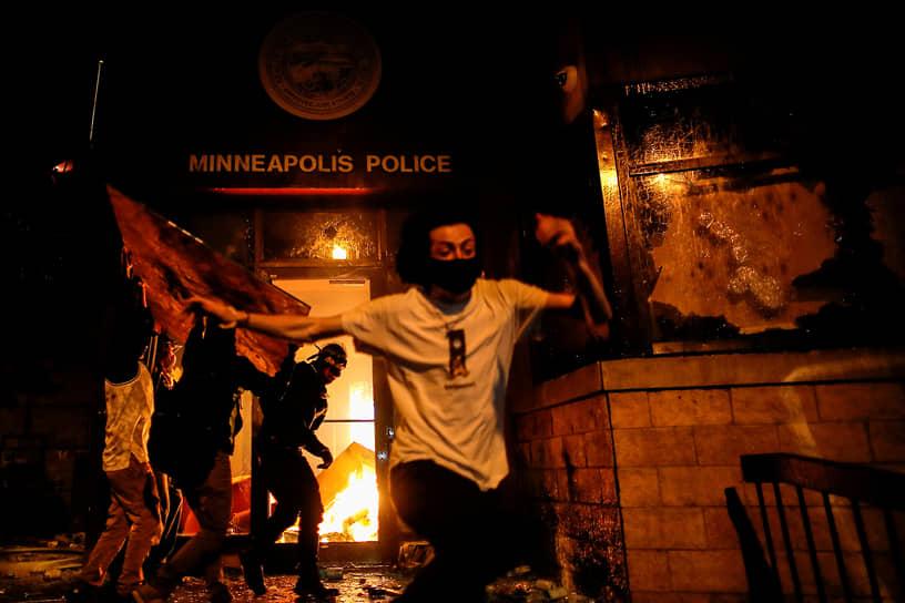 Беспорядки в США и движение «Black Lives Matter»  <br>Массовые протесты в США начались 26 мая в Миннеаполисе, штат Миннесота, как реакция на гибель афроамериканца Джорджа Флойда во время задержания полицией. Акции проходили в рамках антирасистского движения «Black Lives Matter» вплоть до начала ноября. В ряде городов они переросли в беспорядки и столкновения с полицией. По данным опросов, в протестах приняли участие от 15 до 26 млн человек <br>Заметность: 10 549