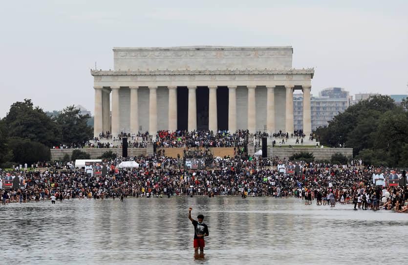 <b>Протесты Black Lives Matter в США</b><br> 25 мая в Миннеаполисе при задержании полицией погиб афроамериканец Джордж Флойд. Инцидент спровоцировал массовые протесты и беспорядки под лозунгом Black Lives Matter      <br> Заметность события: 10 548,9